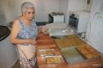 Катерина показывает разные сладости, которые изготовляют в пекарне