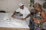 Параскевас раскатывает тесто в лепешки