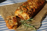 Домашний хлеб с чорисо, фетой и оливками