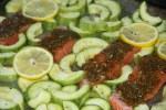 На противень выкладываем кабачки, семгу и покрываем семгу соусом