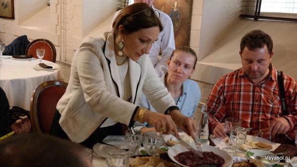 Хозяйка Сахли угощает грузинскими сырами
