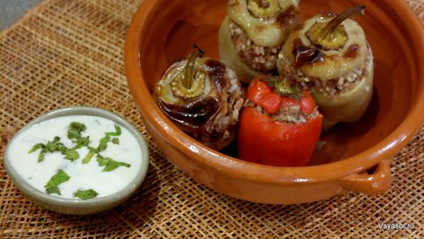 Перцы, фаршированные бараниной и рисом с йогуртовым соусом