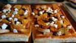 На лук выкладывает запеченную тыкву и козий сыр
