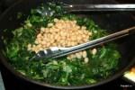 Фасоль добавляем к шпинату