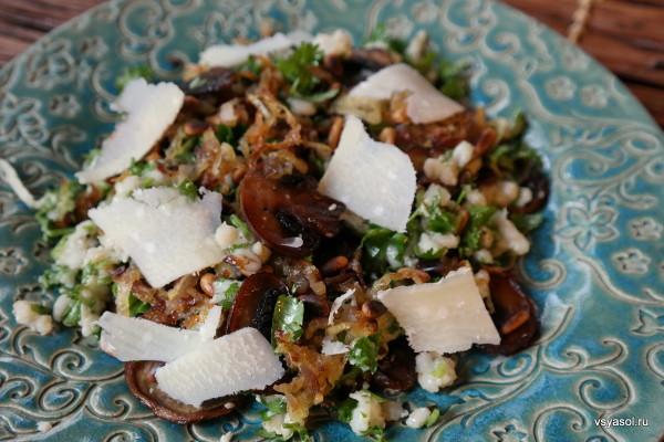 Салат из перловки с жареными грибами