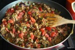 Добавляем мясо и помидоры к овощам