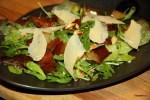 Салат из карамелизированных груш и рукколы