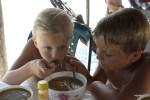 Мои внуки, Филипп и Даня уплетают за обе щеки санкочо на пляже в Панаме