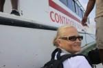 Чтобы попасть на остров Контадора, надо с парома спрыгнуть в лодку, а потом брести к берегу по мелководью