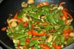 Добавляем Добавьте в сковороду зеленый горошек и зеленую фасоль