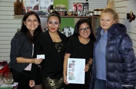 И Эдит Куйя (третья слева) и ее коллегами