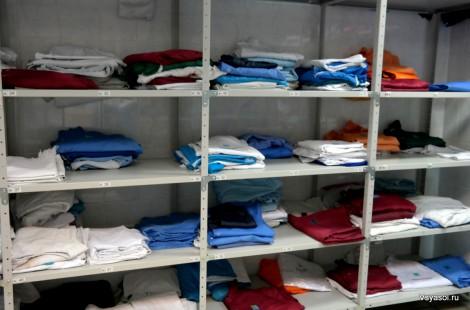Разноцветная униформа сотрудников
