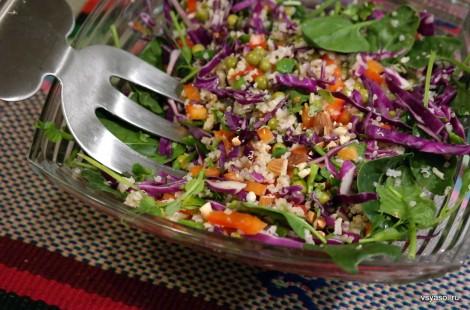 Салат из киноа с коричневым рисом под остро-сладким соусом
