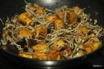 Обжариваем тофу и грибы в соусе