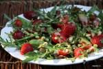 Салат из клубники с зеленым горошком