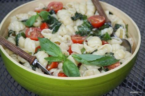 Орекьетте со свежемарированными помидорами и базиликом