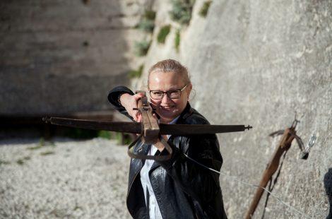 ...И даже подержала в руках арбалет в Ле-Бо.. Фото: Анатолий Мирюк