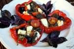 Запеченные перцы, фаршированные помидорами, фетой и маслинами