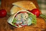 Салат с тунцом и укропом в пите