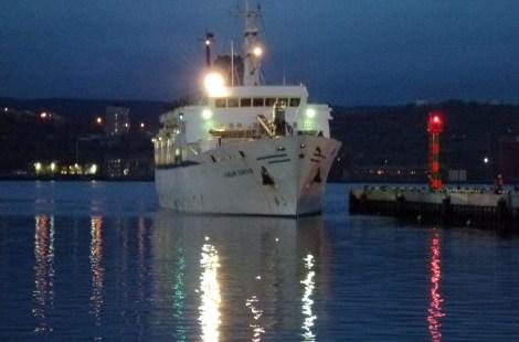 Одинокий корабль входит в порт Мурманска