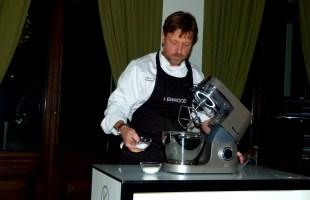 Мартин Джонс готовит сконы