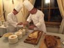 Кристоф Мюлер с суругой сервируют запеченного лосося на приеме в посольстве Франции