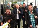 Уличный оркестр обходит рынок в Толосе
