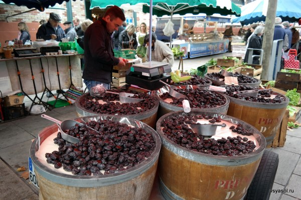 Торговец черносливом на рынке в Сан-Жан-де-Люз