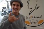 Молодой торговец-баск на рынке во французском Сен-Жан-де-Люс