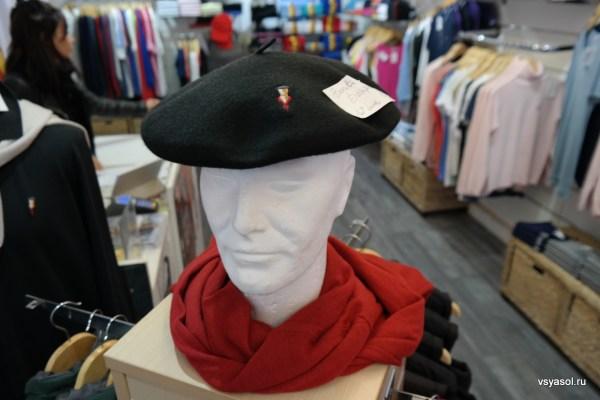 Баскский берет в туристическом магазине в Сан-Жан-де-Люз