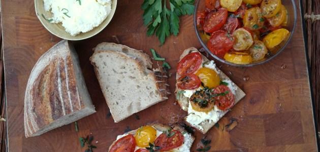 Брускетта с карамелизированными помидорами и домашним творогом