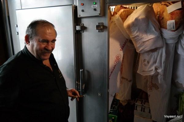 Дон Матиас показывает холодильник, в котором он выдерживает мясо