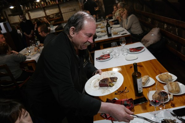 Дон Хулиан в виде особого расположения сам сервирует чулетон