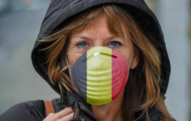 امرأة بقناع فم عليه علم بلجيكا
