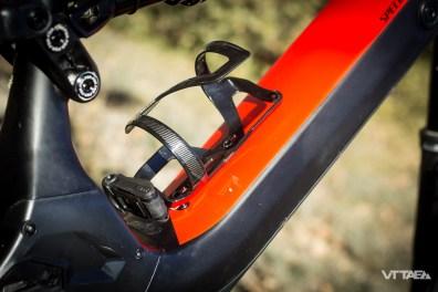 L'outil nécessaire pour ajuster la hauteur de selle, comme pour démonter les roues, est intégré au porte bidon SWAT. On l'a donc toujours avec le vélo.