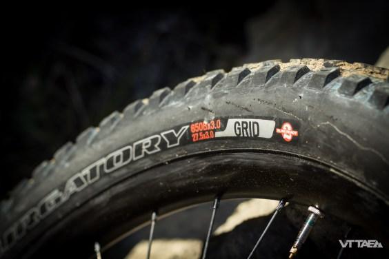 Les pneus proposés d'origine disposent de carcasses Gridrenforcées. Pas suffisant pour autant à la grosse attaque dans la caillasse du Sud comme le vélo peut y inciter, mais satisfaisant pour un usage All Mountain raisonnable le reste du temps.
