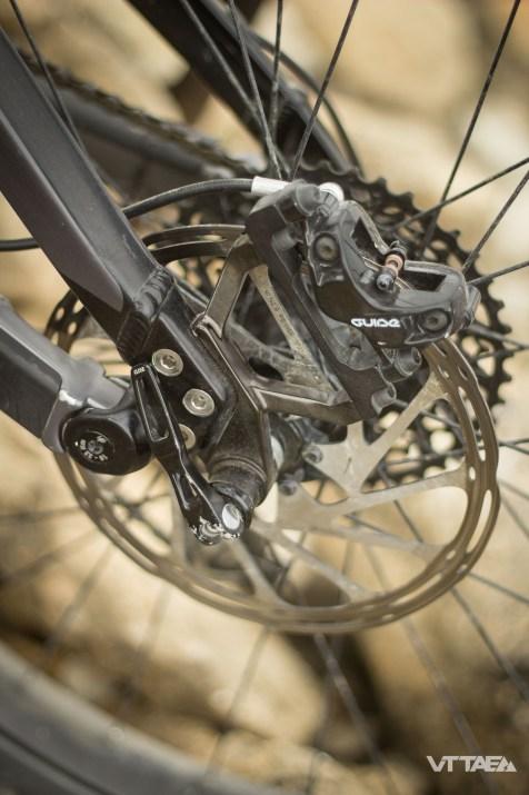 Pour rester dans l'air du temps, le Lapierre Overvolt AM500+ se montre tout de même ingénieux. Il utilise notamment des pattes de roue arrière amovibles qui permettent de monter différents type de roues : 27,5 et 27,5+.