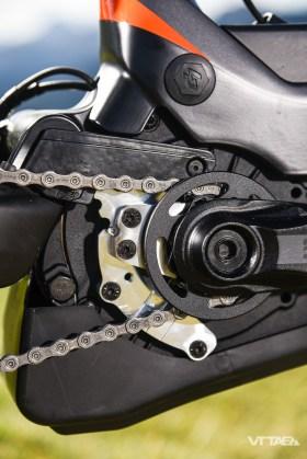 Le cas de figure est connu des motorisations Bosch : le petit pignon est sujet à l'encrassement lorsque l'usage incite la boue à s'y accumuler. Lapierre développe donc à son tour un système qui se fixe au carter moteur.