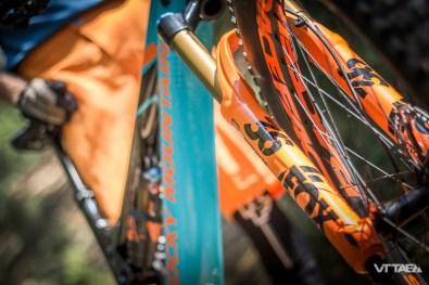 Cette Rally Edition se pare d'un nouvel ensemble de suspensions Fox : 36 E-Bike Float Evol Grip 2 à l'avant, et Float X2 à l'arrière. Les deux, dans leur finition Factory, représentent le summum de la marque à la queue de renard pour la pratique de l'Enduro et offrent des réglages précieux de compressions et détentes hautes/basses vitesses.
