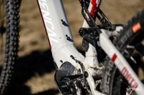 Les gaines et câbles passent au dessus du moteur : tout en courbure pour éviter les frictions.