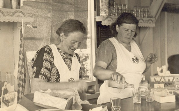 Mevr. Vos en Reinders achter de bar (jaren 50)