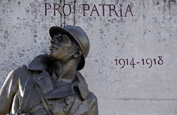 223864_photo-d-une-statue-de-bronze-representant-un-soldat-de-la-premiere-guerre-mondiale-devant-un-monument-aux-morts