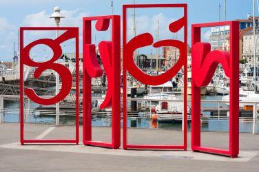 El célebre cartel con el nombre, en el puerto. Imagen: ©depositphotos.com/ihorga
