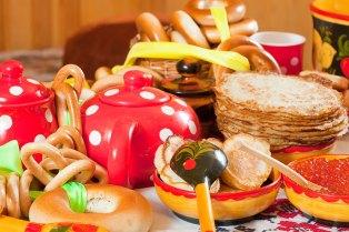 Comida de las fiestas de Maslenitsa ( Shrovetide ) . Panqueques con caviar y té. Imagen: ©depositphotos.com/Jim_Filim