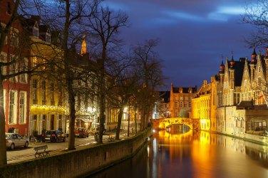 Canal verde en Brujas por la noche. Foto: © Depositphotos/ pillerss