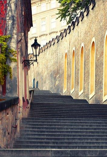 Escaleras medievales en Praga. Imagen: ©depositphotos.com/nikascorpionka
