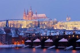 Hradcany y puente de Carlos en invierno, Praga, Chequia. Imagen: ©depositphotos.com/phb.cz