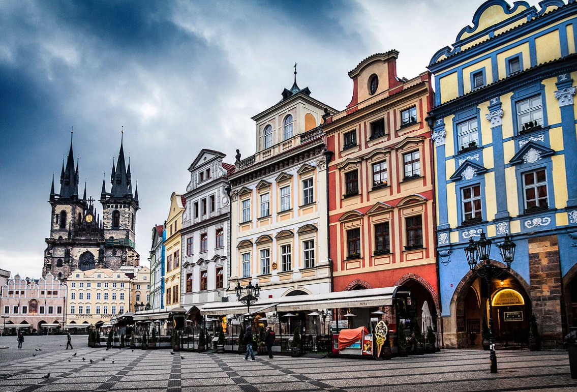 Praga, antiguo Ayuntamiento (siglo XV), ciudad Plaza e Iglesia de nuestra señora de tyn (1365) por la mañana. Imagen: Copyright: depositphotos/ quixoticsnd