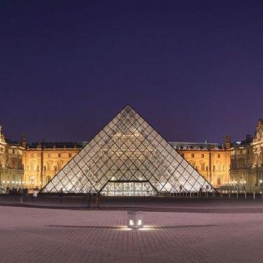Galeria3-parisLouvre1.jpg Louvre de Noche Cour Napoleon y Pirámide por Benh LIEU SONG (CC BY-SA 3.0