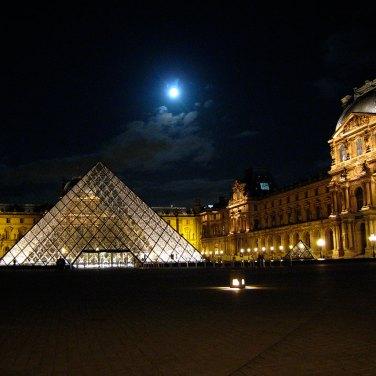 Galeria3-parisLouvre5.jpg Louvre con luna por Dale LaFollette (CC BY 2.0